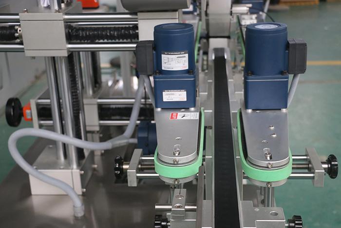 Detalii automate de etichetare a autocolantelor laterale superioare și inferioare automate