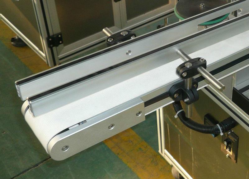 Transportor de etichete reglabil pe înălțime și lățime